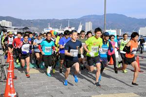 15キロのコースをスタートする参加者=大津市の大津港