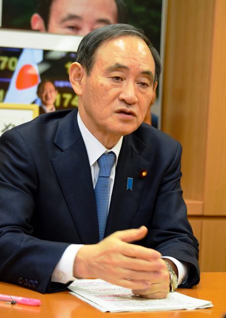 インタビューに応じる菅義偉官房長官=国会内で、岩尾真宏撮影