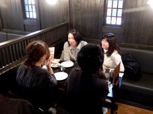 蔵をイメージした「珈琲屋らんぷ」の店内。ゆったりした座席、広い駐車場は東海地方の喫茶店の特徴だ=名古屋市西区
