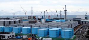 「大型休憩所」の7階から見た東京電力福島第一原発の構内。汚染水タンクの先に1~4号機の原子炉建屋が見える=2月10日午後、東京電力福島第一原発、代表撮影