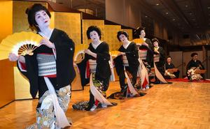 ご祝儀舞踊で「札幌小唄」を披露する「さっぽろ名妓連」の芸妓たち=22日、札幌市中央区