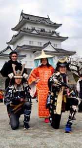 小田原城天守閣前で甲冑などを着るノルウェーの人たち=神奈川県小田原市城内