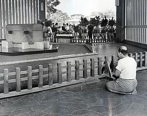 千鳥ケ淵戦没者墓苑で正座して合掌する男性=1966年8月15日、東京都千代田区