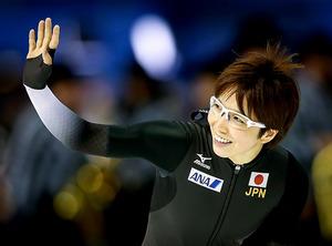 世界スプリント選手権で総合優勝を果たし、笑顔の小平奈緒=AP