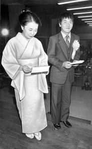 24歳、思い続けた名人を獲得。就位式で妻の京子さん(左)と=1980年12月1日、東京・市ケ谷の日本棋院