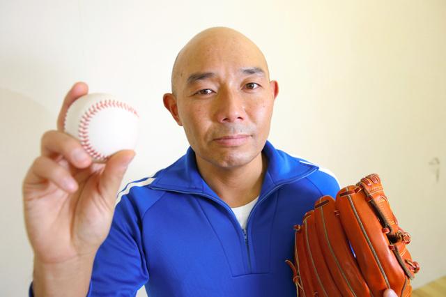 そうすけ 本名、杉浦双亮。1976年生まれ。東京都八丈島出身。お笑いコンビ「360°モンキーズ(サブロクモンキーズ)」のボケ担当。2016年、独立リーグの「愛媛マンダリンパイレーツ」に所属。「最速123キロ、僕は40歳でプロ野球選手に挑戦した」を1月に出版した。右投げ右打ち。41歳=安冨良弘撮影