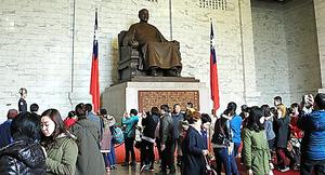 巨大な蒋介石の像が据えられた中正記念堂の内部。海外からの旅行客が多く訪れる=26日午後、台北市、西本秀撮影
