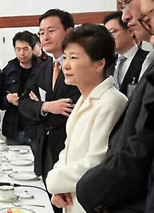 ソウルの大統領府で今年1月1日、記者団とあいさつを交わした朴槿恵大統領=代表撮影。1月25日にネットで公開されたインタビューを最後に、国民に姿を見せていない