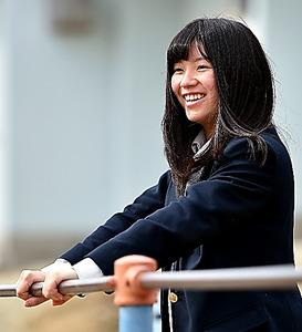 震災当時に通っていた小学校を久しぶりに訪れた大川蘭子さん。原発事故後、遊具では遊べなくなり、校庭に空間線量計が設置された=2月18日、福島県相馬市