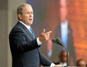 昨年、ワシントンで演説するブッシュ元米大統領=AP
