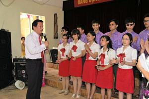 盲学校で子どもと交流する杉良太郎さん(2014年5月、事務所提供)
