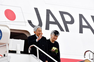 ベトナムに出発する天皇、皇后両陛下=28日午前10時59分、羽田空港、恵原弘太郎撮影