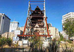 今年2月の大聖堂。半壊した姿は同じだが、さびついた鉄柱や伸び放題の雑草が、6年の時が流れたことを伝えている