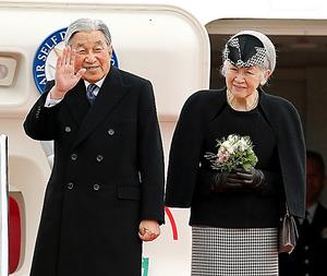 ベトナムへ出発する天皇、皇后両陛下=28日午前10時58分、羽田空港、長島一浩撮影
