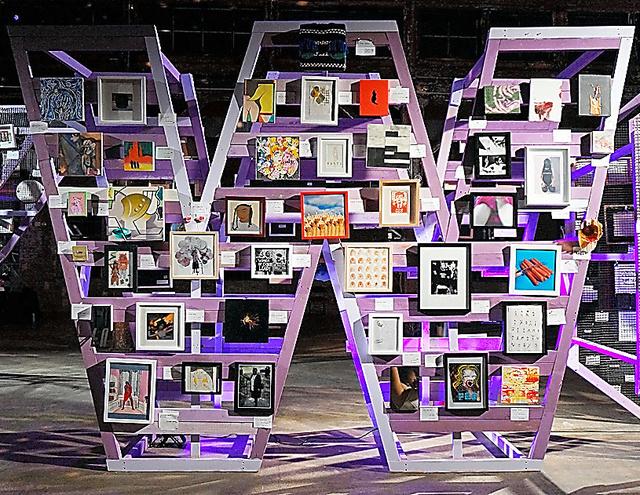 「嫌な女たち」展では、N、A、S、T、Y、W、O、M、E、Nの文字形のスタンドに作品が並べられた Photo by EPWStudio/Maris Hutchinson,2017