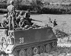 田畑を踏みつぶして進む米軍に、農民が怒りの目を向けた=1967年、南ベトナム中部