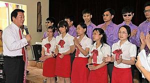 盲学校で子どもと交流する杉良太郎さん=2014年5月、事務所提供