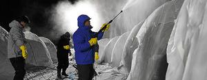 極寒イベントに向け、水を吹きつけて凍らせ、「氷のかまくら」を作っていく町民ら