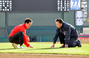 芝の状態を確かめる菊地さん(右)と東海林さん=仙台市宮城野区