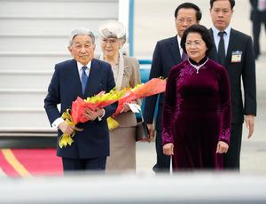 ノイバイ国際空港に到着した天皇、皇后両陛下。右手前はベトナムのティン国家副主席=28日午後、ハノイ、代表撮影