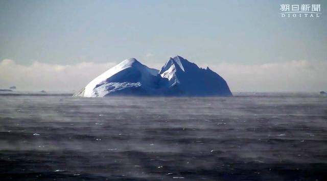 霧たちのぼる南極海