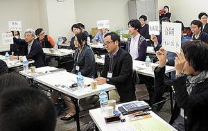 プレゼン後、企画に関心を持った編集者から次々と札が上がった=東京都新宿区