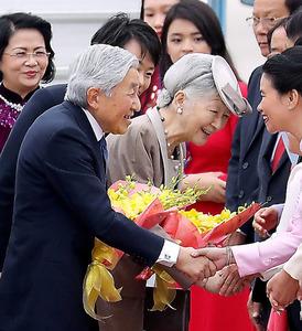 ベトナムのノイバイ国際空港に到着し、政府関係者らの出迎えを受ける天皇、皇后両陛下=28日午後、ハノイ、代表撮影