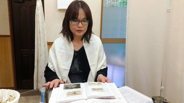 父の写真を目にする添野江実子さん=茨城県土浦市、島康彦撮影