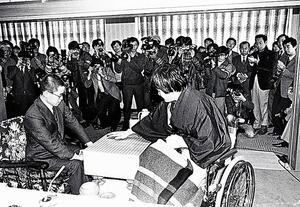 全治3カ月の輪禍から10日後、「頭と右手は大丈夫」と車椅子で棋聖防衛戦に臨む=1986年1月16日、富山県高岡市の「雨晴ハイツ」、日本棋院提供