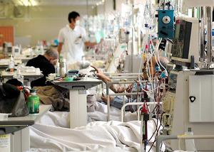 地域医療を支える被災地の病院では、建物の復旧作業を続けながら多くの透析患者を受け入れた=仙台市青葉区、2011年3月17日撮影