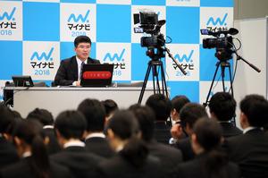 マイナビは1日、東京都渋谷区で開いた合同会社説明会を初めてネットでライブ配信した。会場に来られない地方の学生や留学生に見てもらおうと、企業の人事担当者がカメラに向かって自社をPRした。(関田航撮影)