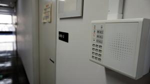 経産省内の主な執務室は施錠された。解錠には職員のICカードが必要だ