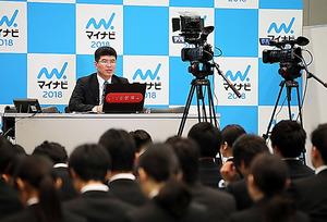 <生配信> マイナビは1日、東京都渋谷区で開いた合同会社説明会を初めてネットでライブ配信した。会場に来られない地方の学生や留学生に見てもらおうと、企業の人事担当者がカメラに向かって自社をPRした。(関田航撮影)