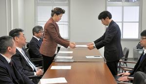 要請書を提出する在日コリアンらの団体の代表ら=2日午前9時49分、大阪府庁