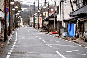 全町民の避難が続く福島県双葉町の商店街。町域の96%が帰還困難区域となり、許可がなければ入れない。崩れた建物は放置されたままだ=2月9日、双葉町新山、金居達朗撮影