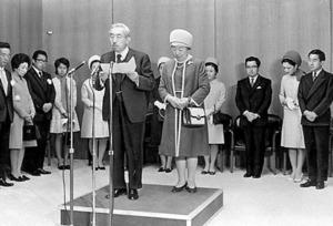 欧州から帰国し、「世界平和のため一層の努力を」とお言葉を述べる昭和天皇と香淳皇后=1971年10月14日、東京・羽田空港貴賓室