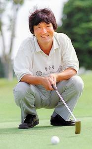 2度目の大三冠達成の翌年、ゴルフのラウンド中の一コマ。交通事故の後遺症で痛むひざのケアを兼ねて始めた日課は、今も続く=1997年8月、千葉県市原市