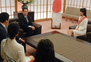 ミス日本らの表敬を受け、笑顔を見せる岸田文雄外相(左奥)=2日、外務省