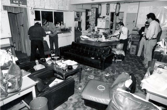 記者2人が殺傷された編集室を調べる捜査員ら=1987年5月3日、兵庫県西宮市与古道町の朝日新聞阪神支局