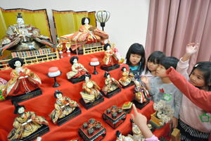 日比野さんが贈ったひな人形。園児が遊ぶ講堂の一角に飾られている=2月24日、沖縄県南城市、上遠野郷撮影