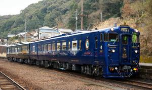 のどかな山あいの坂本駅にとまる「かわせみ やませみ」=2日、熊本県八代市