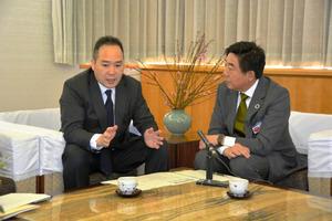 支援策について話す河村正剛さん(左)と山本龍市長=前橋市大手町2丁目の前橋市役所