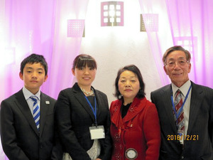 右から、鈴木康弘さん、洋子さん、紙谷瑞恵さん、大悟くん=鈴木さん提供