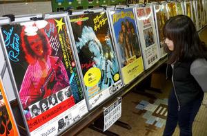 歴代の公演ポスターなどが並んだ特別展=名古屋市昭和区