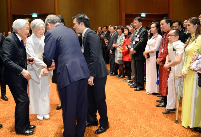 大使夫妻主催の歓迎会に臨む天皇、皇后両陛下。右から2人目はグエン・ドクさん=2日午後、ハノイ、代表撮影