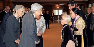 元残留日本兵家族(右)と言葉を交わす天皇、皇后両陛下=2日午後、ハノイ、代表撮影
