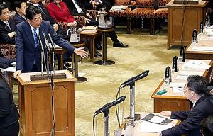 参院予算委で、共産党の小池晃書記局長の質問に答弁する安倍晋三首相=2日午前、岩下毅撮影
