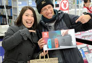 任天堂の新型家庭用ゲーム機「ニンテンドースイッチ」を購入した人たち=3日午前、東京都豊島区のビックカメラ池袋本店