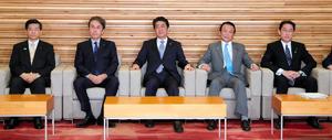 閣議に臨む安倍晋三首相(中央)=3日午前8時32分、岩下毅撮影