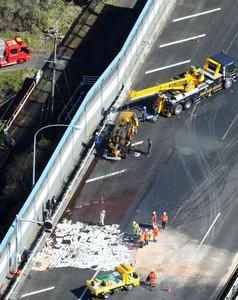 東名高速道路の事故現場。車両がクレーンでつり上げられていた=3日午前10時12分、静岡県焼津市、朝日新聞社ヘリから、堀英治撮影